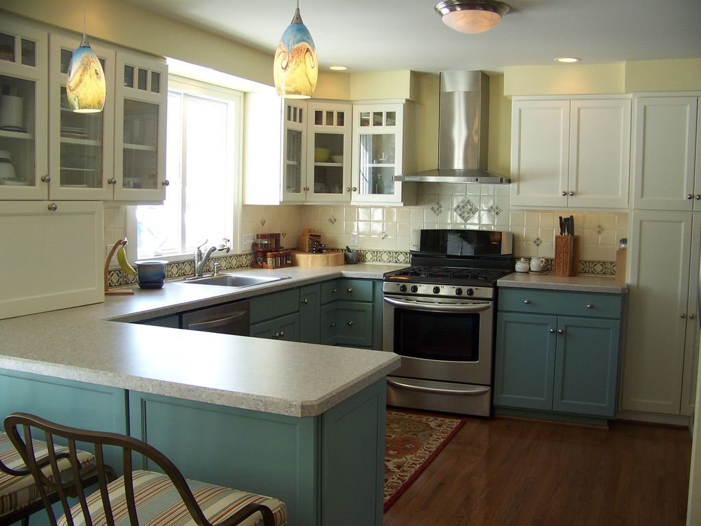 craftsman kitchen with painted cabinets i g ISt47x36u9r58s0000000000 T8aIr