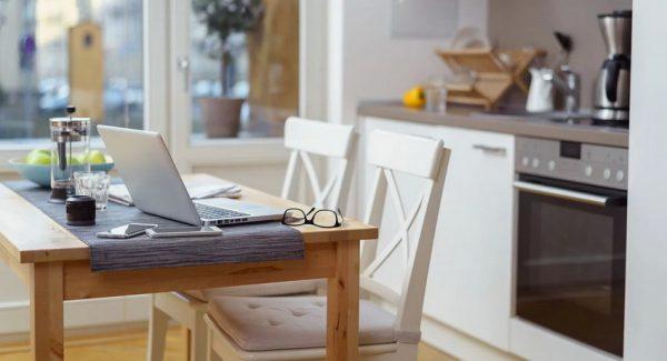 malenkij kuhonnyj stol