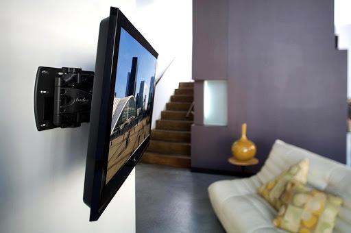kak pravilyno povesity televizor